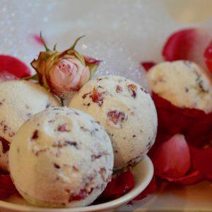 Rosie Badebombe mit duftenden, pflegenden Zutaten