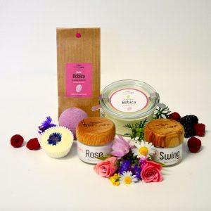 Das CreamyCare Paket BlumBeere ist ein Pflegeset mit aus fünf Produkten mit Blumen- oder Beerenduft